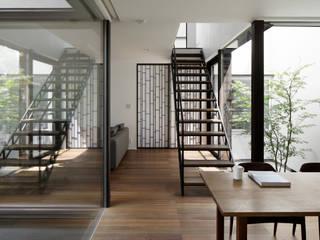 ダイニングと中庭: atelier137 ARCHITECTURAL DESIGN OFFICEが手掛けたダイニングです。