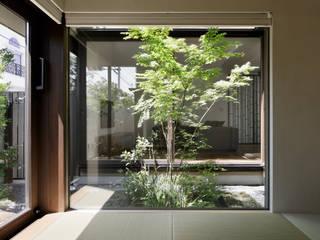 和室と中庭: atelier137 ARCHITECTURAL DESIGN OFFICEが手掛けた和室です。