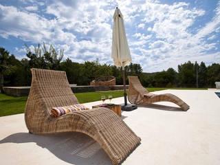 Pavimento en caliza blanca para playa y terraza exterior: Terrazas de estilo  de ARENISCAS ROSAL