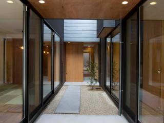 Jardines de estilo  de 今井賢悟建築設計工房, Moderno