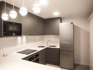 Grupo Inventia Cocinas de estilo moderno Compuestos de madera y plástico Marrón