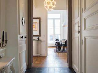 Jeux de volume et de couleur Couloir, entrée, escaliers modernes par Atelier Claire Dupriez Moderne