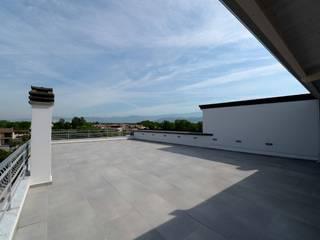 Minimalistyczny balkon, taras i weranda od yesHome Minimalistyczny