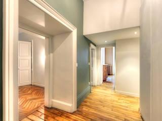 Entre passé et présent Couloir, entrée, escaliers originaux par Atelier Claire Dupriez Éclectique