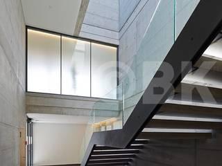 Medizinisches Zentrum Appenzell, Schweiz Minimalistischer Flur, Diele & Treppenhaus von Supersymetrics GmbH Minimalistisch