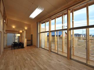 コンパクトな家: 杉浦建築計画事務所が手掛けた窓です。