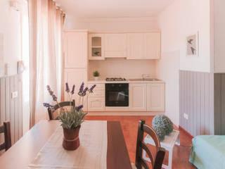 Profumo di Lime e Bambù - Relooking di un affittacamere a San Vincenzo (LI):  in stile  di Creattiva Home ReDesigner  - Consulente d'immagine immobiliare