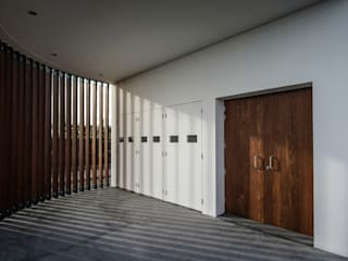 Modern corridor, hallway & stairs by RC Consultores Modern
