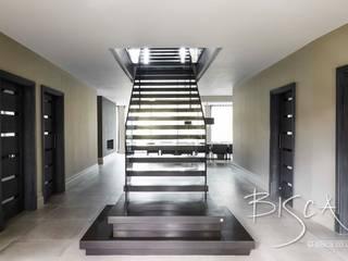 Bronzed Glass & Corian Staircase, Harrogate Bisca Staircases Ingresso, Corridoio & Scale in stile moderno Grigio