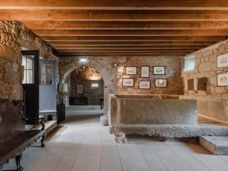 Hotel Paço de Vitorino: Adegas  por PROD Arquitectura & Design,