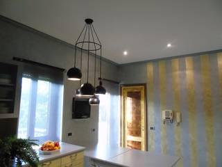 Relooking di una cucina datata -ROMA:  in stile  di Creattiva Home ReDesigner  - Consulente d'immagine immobiliare