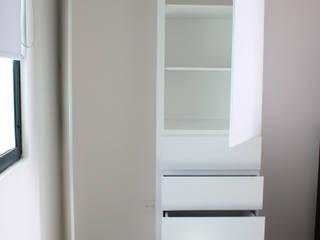 armario empotrado minimalista:  de estilo  por Madera y Vida Diseño de espacios en madera