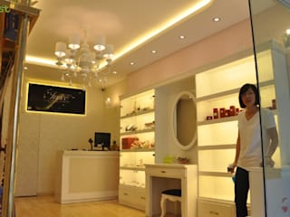 Thiết kế và thi công nội thất shop thời trang INNEE - Tây Sơn, Hà Nội: hiện đại  by Công ty TNHH Thiết kế và Ứng dụng QBEST, Hiện đại