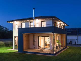KitzlingerHaus GmbH & Co. KG Nowoczesne domy Deski kompozytowe Biały
