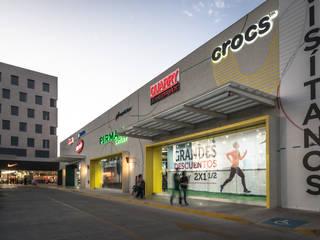 Hilvana Exterior: Centros Comerciales de estilo  por Grupo Link