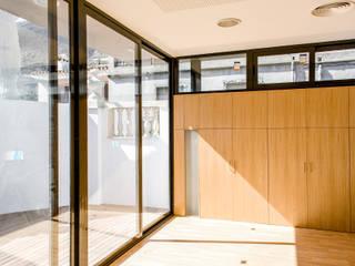 """Rehabilitación Edificio """"Sindicato"""" (Local Social Municipal): Escuelas de estilo  de navarro+vicedo arquitectura"""