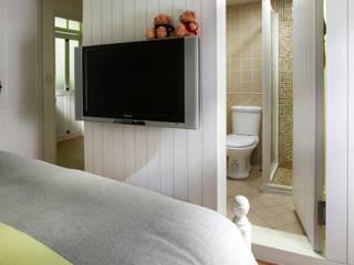 一個簡單的細節就能夠把浴室躲起來,不需要使用的時候就好好的隱藏起來吧:  臥室 by 弘悅國際室內裝修有限公司