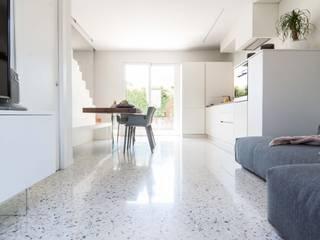 Гостиная в стиле модерн от TIXA STUDIO ASSOCIATO DI INGEGNERIA E ARCHITETTURA Модерн