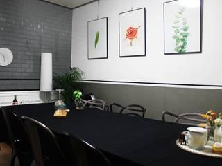 Modern dining room by 하얀나무 Modern