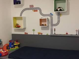 nichos com laterais coloridas, adesivos e carros de brinquedo montando a decoração:   por Margareth Salles