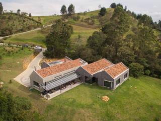 Casas de estilo industrial de toroposada arquitectos sas Industrial