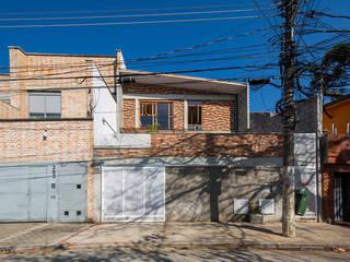 Casa Rua Madalena: Casas  por Grupo Garoa Arquitetos associados