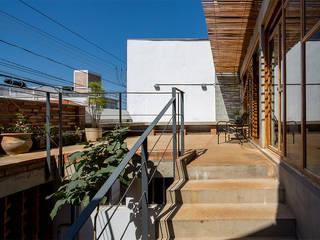Casa Rua Madalena: Terraços  por Grupo Garoa Arquitetos associados