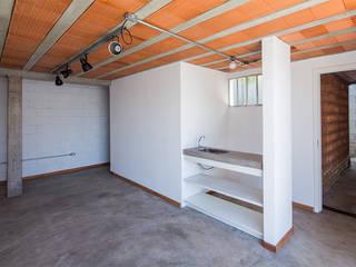 Casa Rua Madalena: Garagens e edículas  por Grupo Garoa Arquitetos associados