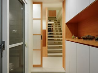 為了孩子的成長與居家的舒適 弘悅國際室內裝修有限公司 亞洲風玄關、階梯與走廊 木頭 White