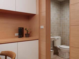 簡單的衛生間藉由隱藏的形式兼顧著實用性:  浴室 by 弘悅國際室內裝修有限公司