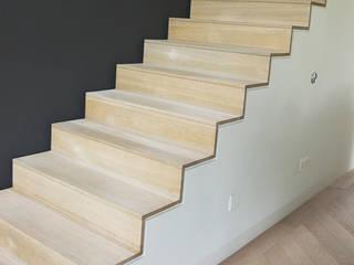 Couloir, entrée, escaliers modernes par Hopmanhuis Moderne
