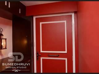 Pasillos, vestíbulos y escaleras clásicas de SUMEDHRUVI DESIGN STUDIO Clásico