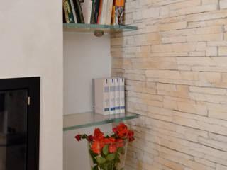 Nuova vita al soggiorno: Soggiorno in stile  di METAMORFOSIDESIGN