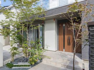植栽とガラスが魅せるクローズ外構 モダンな 家 の 株式会社 岡本ガーデン モダン