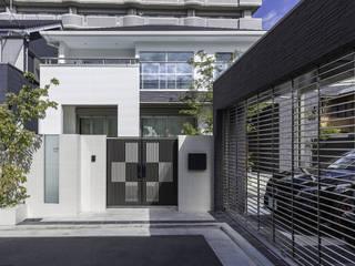 植栽とガラスが魅せるクローズ外構 日本家屋・アジアの家 の 株式会社 岡本ガーデン 和風