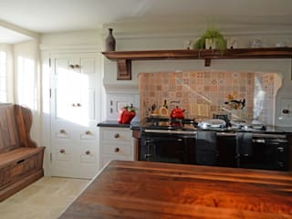 American Black Walnut in a hand painted kitchen 클래식스타일 주방 by Hallwood Furniture 클래식