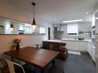 Modern Dining Room by 와이피스페이스 Modern
