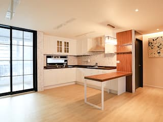 Modern Dining Room by 일곱기둥 인테리어 Modern