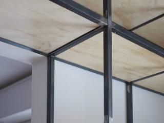 Libreria 3M:  in stile industriale di Mezzo Atelier, Industrial