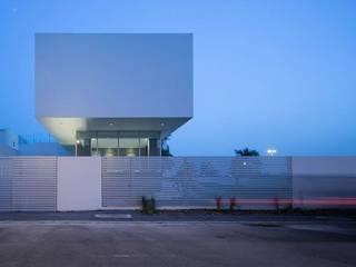 F.Lot House: Casas minimalistas por Studio Toggle Porto, Lda