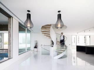 F.Lot House: Corredores e halls de entrada  por Studio Toggle Porto, Lda