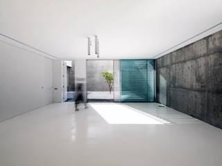 F.Lot House: Salas de estar minimalistas por Studio Toggle Porto, Lda