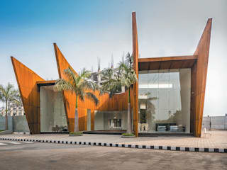 THE CRESCENT :  Houses by SANJAY PURI ARCHITECTS,