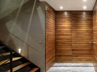 Pasillos, vestíbulos y escaleras de estilo moderno de NIVEL TRES ARQUITECTURA Moderno