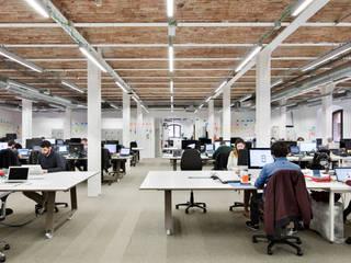 Oficina coworkers: Edificios de oficinas de estilo  de emmaolivestudio