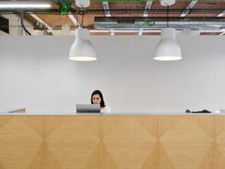 Recepción: Edificios de oficinas de estilo  de emmaolivestudio