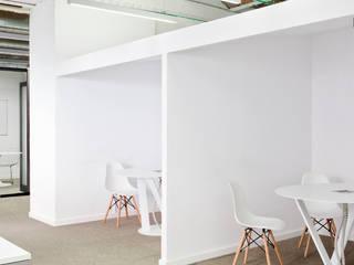 Sala reuniones cortas: Edificios de oficinas de estilo  de emmaolivestudio