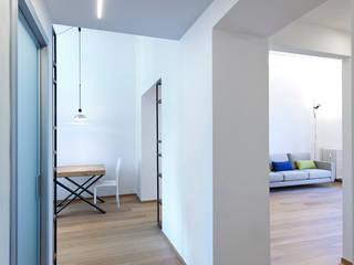 Pasillos, vestíbulos y escaleras de estilo moderno de INNOVATEDESIGN® s.a.s. di Eleonora Raiteri Moderno