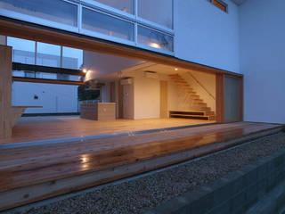 開放的な9mの大開口のある家: 中庭のある家|水谷嘉信建築設計事務所が手掛けたリビングです。