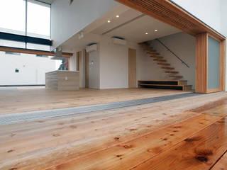 内と外とがつながる: 中庭のある家|水谷嘉信建築設計事務所が手掛けたリビングです。